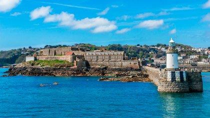 La Bailía de Guernsey se encuentra entre las costas de Inglaterra y de Francia y hasta el momento no reportó nuevos casos de pacientes infectados por el virus COVID-19 (Foto: Shutterstock)