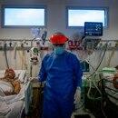 Personal médico realiza controles a pacientes con covid-19 en una unidad de terapia intensiva, en un hospital de la provincia de Buenos Aires (Argentina). EFE/Juan Ignacio Roncoroni/Archivo