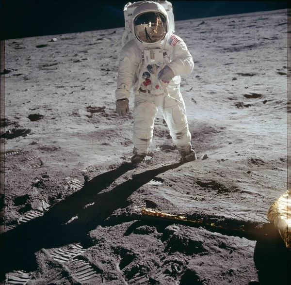 El astronauta Edwin E. Aldrin Jr., piloto del módulo lunar, camina sobre la superficie de la luna, el 20 de julio de, 1969 (Reuters)