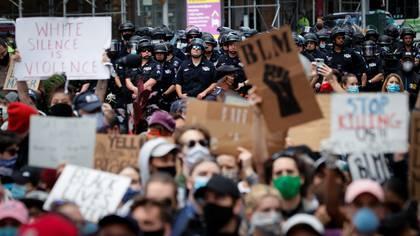 Manifestantes en Nueva York protestan contra la muerte de George Floyd a manos de la policía en Minnesota. Foto: REUTERS/Mike Segar