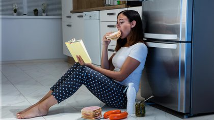 Comer emocionalmente alimentos con poca nutrición puede debilitar el sistema inmune y afectar el estado de ánimo (Shutterstock)