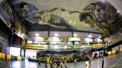 """El club Sportivo Pereyra de Barracas, antes de la cuarentena. Allí,  artista local Santiago Barbeito pintó una versión futbolera de la obra de Miguel Angel """"La creación de Adan"""", con figuras de Messi y Maradona, entre otros (AFP)"""
