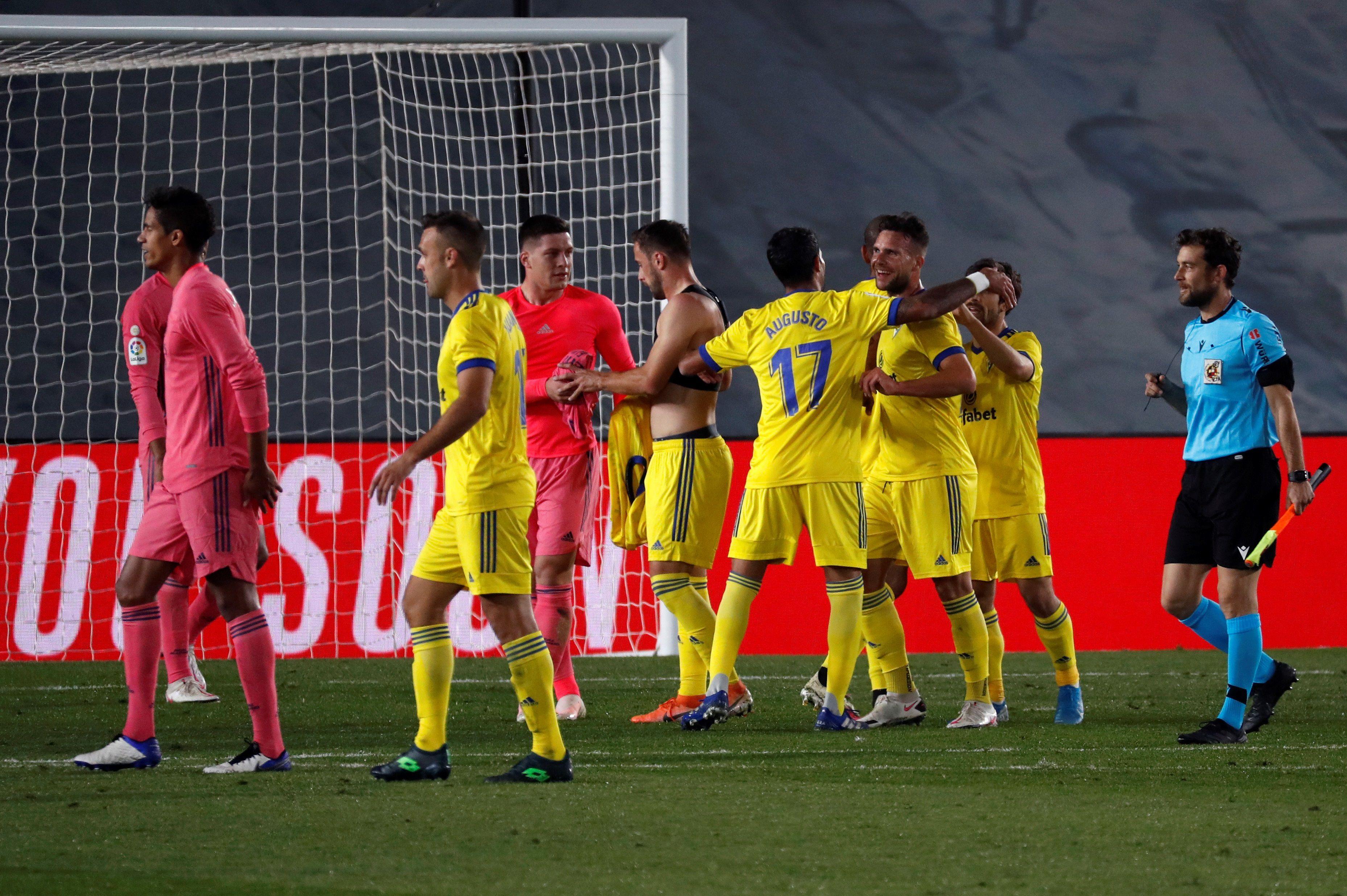 Los jugadores del Cádiz celebran la victoria ante el Real Madrid, al término del partido de Liga en Primera División disputado este sábado en el estadio Alfredo Di Stéfano. EFE/J.J. Guillén