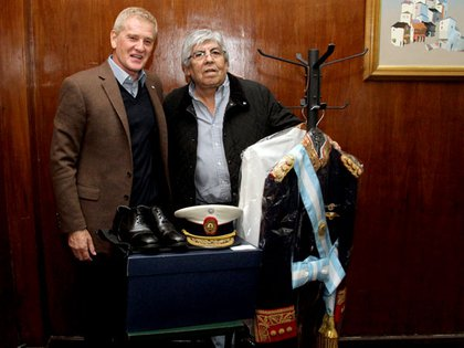 Otros tiempos: Francisco De Narváez le donó a Hugo Moyano un traje que el general Perón usó en 1973