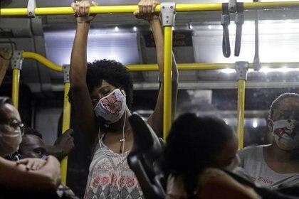 Pasajeros con mascarillas viajan en un autobús del transporte público en Río de Janeiro, Brasil. 29 de abril de 2020. REUTERS/Ricardo Moraes.