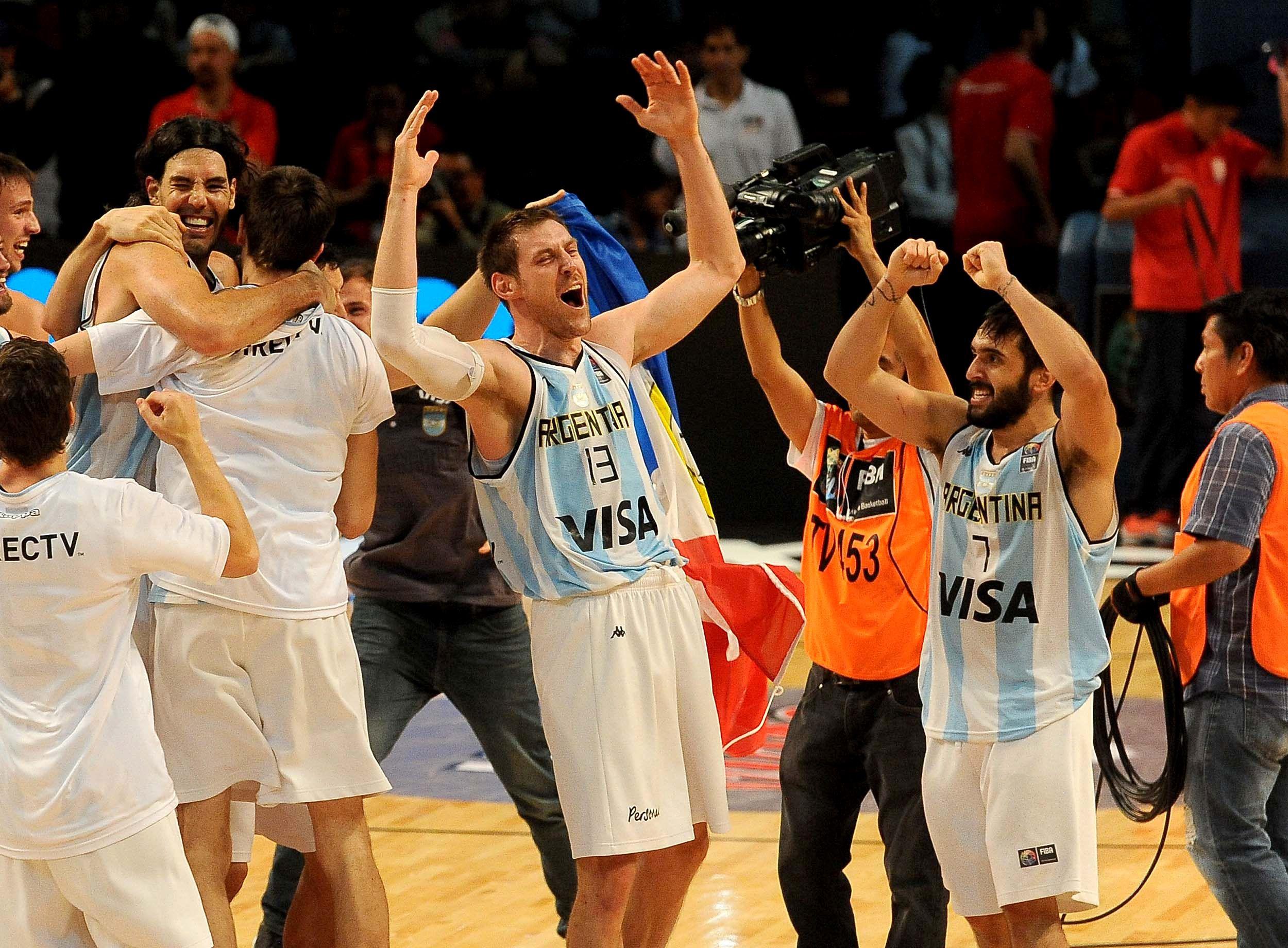 Andrés Nocioni y Facundo Campazzo festejan un triunfo en 2016 (Télam)