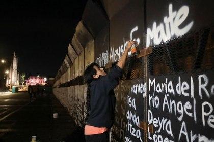 """Así se pronunció Inmujeres tras la intervención feminista en el """"muro de la paz"""" de AMLO (Foto: REUTERS/Henry Romero)"""