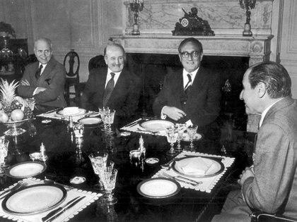 El canciller Raúl Quijano y su colega Henry Kissinger en la residencia del embajador argentino en los EE.UU
