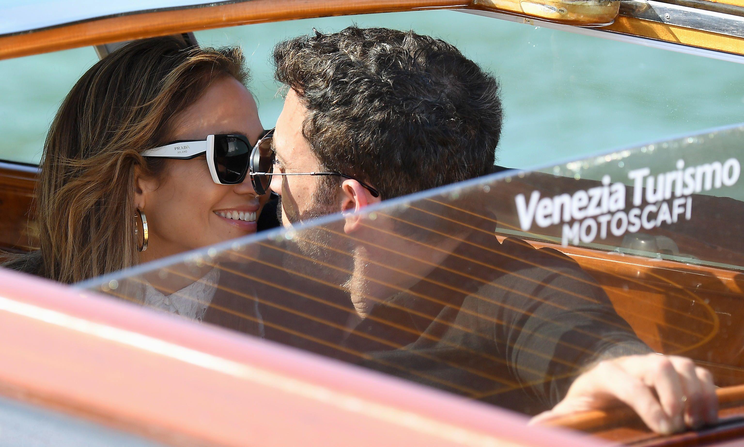"""Ben Affleck y Jennifer López a su llegada para el estreno de """"The Last Duel"""" (Foto: EFE/EPA/ETTORE FERRARI)"""