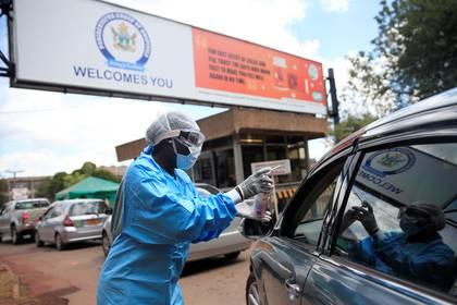 Un trabajador de salud examina y desinfecta a los visitantes para prevenir la propagación de la enfermedad por coronavirus (COVID-19) fuera de un hospital en Harare (Reuters)