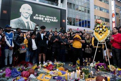 Los fanáticos se reunieron en Los Ángeles para presetnar sus respetos al ex jugador de los Lakers - USA TODAY