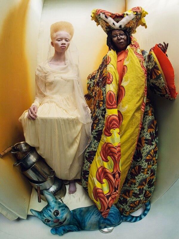 Pura fantasía y talento: la modelo sudafricana Thando Hopa interpreta a una princesa lánguida de corazones. A su lado la consagrada actriz Whoopi Goldberg, fotografiada por Tim Walker como La Duquesa real. (Gentileza Pirelli)