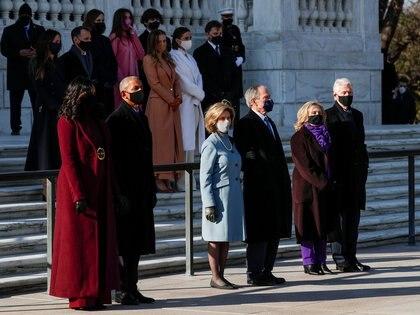 Bill Clinton y su esposa, Hillary Clinton, George W. Bush y su esposa Laura Bush, y Barack Obama y su esposa Michelle Obama (REUTERS/Tom Brenner)