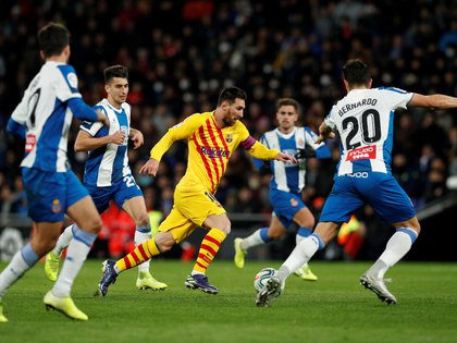 Soccer Football - La Liga Santander - Espanyol v FC Barcelona - RCDE Stadium, Barcelona, Spain - January 4, 2020   Barcelona's Lionel Messi in action with Espanyol's Bernardo Espinosa    REUTERS/Albert Gea     TPX IMAGES OF THE DAY