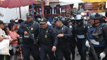 Las autoridades aseguraron 312 envoltorios con cocaína y 300 gramos de la droga, un arma corta calibre de 9 milímetros, 130 gramos de cristal, y 70 bolsas con marihuana (Foto: Armando Monroy/Cuartoscuro)