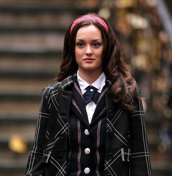 Blair Waldorf lleva el uniforme de la Constance Billard School añadiendo su toque personal (Twitter@exhalebassett)