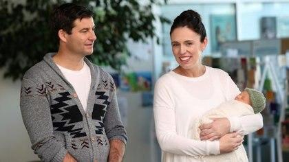 Ardern y Clarke Gayford posan con su hija Neve Te Aroha, el 24 de junio de 2018 en Auckland (AFP - MICHAEL BRADLEY)