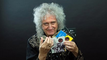 Bian May posó con una moneda conmemorativa de Queen, la cual será lanzada este año por The royal mint (Foto: Reuters / Cortesía de Queen Productions LTD)