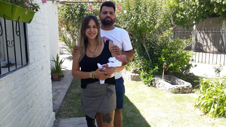 Junto a su nuevo novio y Camilo, su bebé recién nacido