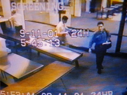 Mohammed Atta (a la derecha), antes de abordar el avión que se estrelló contra una de las torres (AP-FBI)