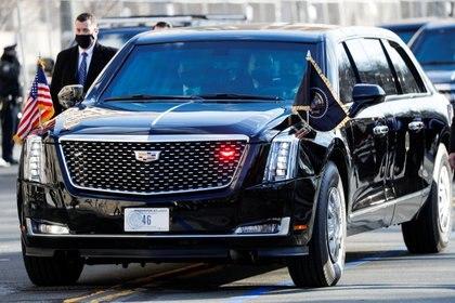 """El gobierno de Joe Biden anunció que cambiará la """"enorme flota de vehículos que posee el gobierno federal"""" por """"vehículos eléctricos, limpios, fabricados aquí"""". (REUTERS/Tom Brenner)"""