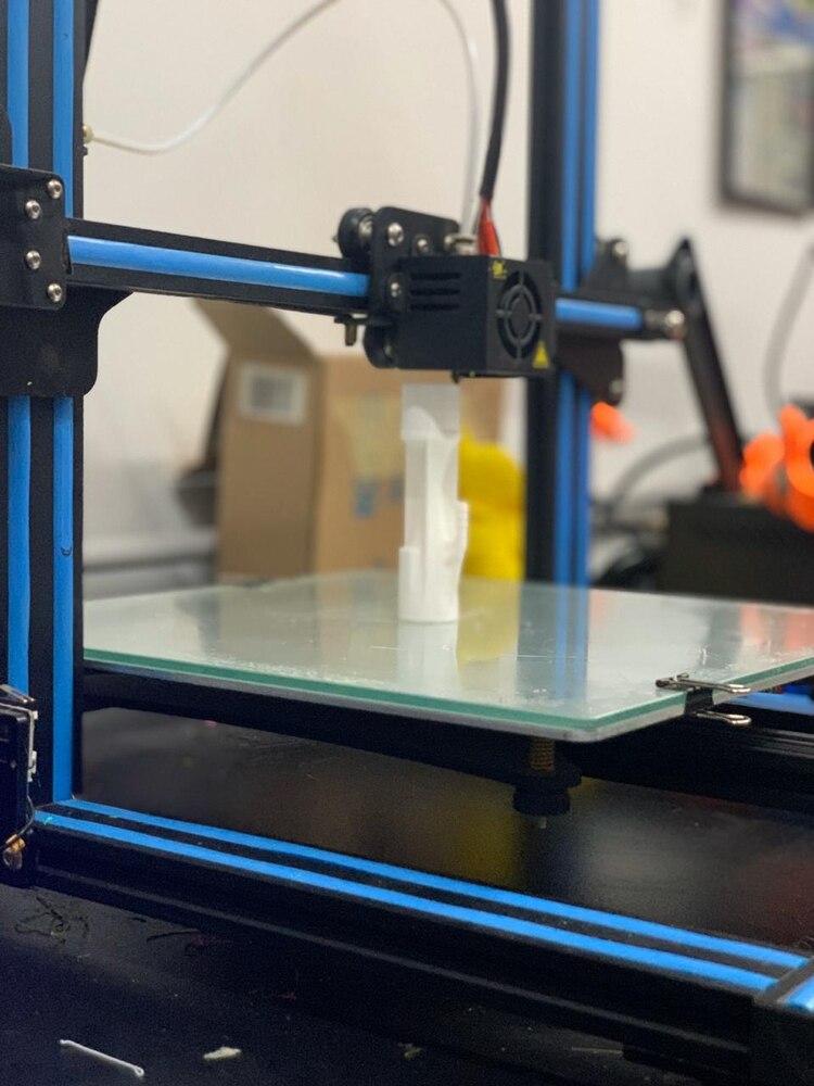 Una de las impresoras 3D con las que cuenta la familia Cabrera para producir las válvulas venturi y las mascarillas para los médicos