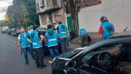 Alto ahí: los efectivos de la Policía de la Ciudad alrededor del VW Vento.