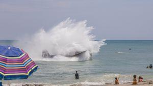 El impresionante aterrizaje de emergencia acuático de un avión de la Segunda Guerra Mundial en una playa llena de gente