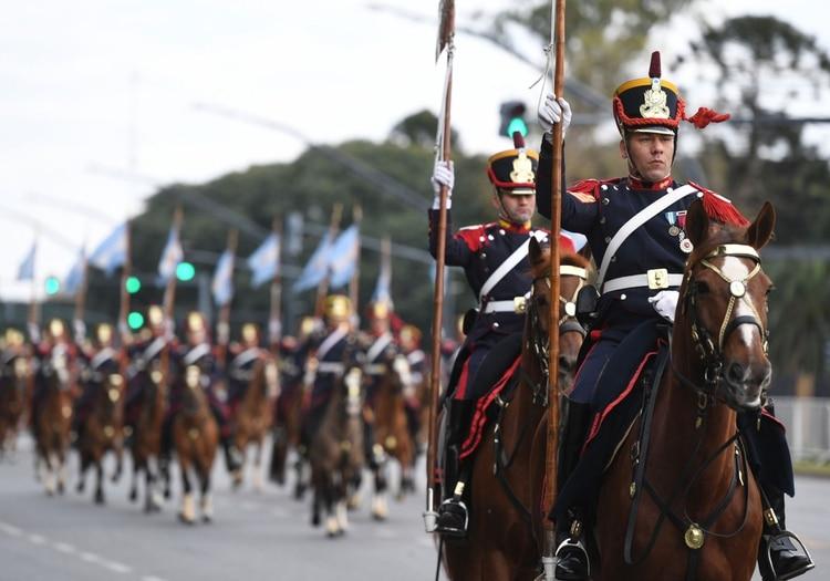 Más de cuatro mil efectivos de distintas fuerzas de seguridad marchan por la avenida del Libertador en el barrio porteño de Palermo