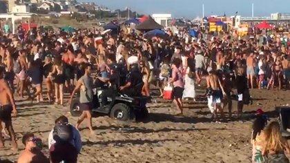 Las fiestas improvisadas en la playa alrededor de un parlante están prohibidas por una ordenanza municipal