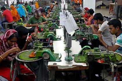 Una fábrica textil en los suburbios de Dakha, la capital de Bangladesh, uno los centros manufactureros del sudeste asiático con condiciones laborales deplorables y que producen una enorme contaminación.  (AP)