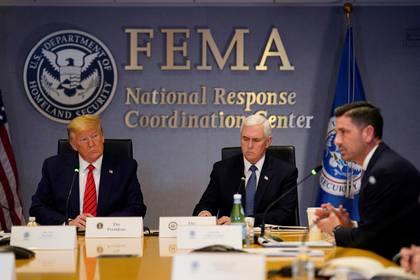 Donald Trump y Mike Pence en videoconferencia con gobernadores para discutir medidas ante el coronavirus (Evan Vucci/Pool via REUTERS)