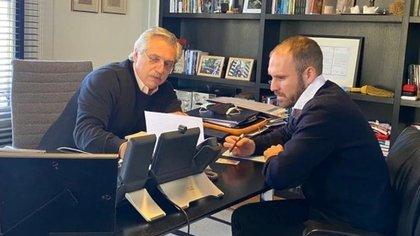 Alberto Fernández y Martín Guzmán durante una reunión sobre la deuda externa en la quinta de Olivos