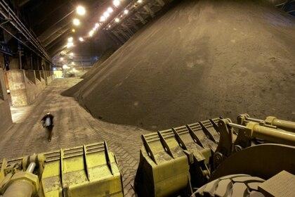 Imagen de archivo de concentrado de cobre en un puerto utilizado para exportaciones por la minera chilena Antofagasta al norte de Santiago, Chile, el 7 de julio de 2010. REUTERS/Victor Ruiz Caballero