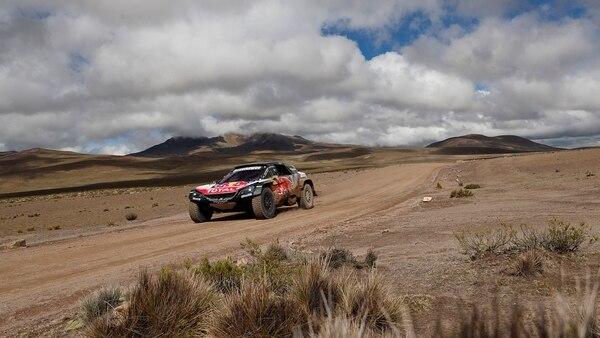 El español Carlos Sainz (Peugeot) es líder en la clasificación general de coches (EFE)
