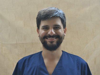 Manuel Arroyo es musicoterapeuta y trabaja para mejorar la calidad de vida de sus pacientes a través de la música y los sonidos. La ejecución instrumental, el uso de la voz cantada, la audición e interpretación de canciones significativas y la composición son utilizados con objetivos terapéuticos específicos