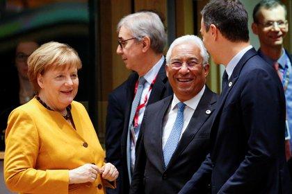 La jefa del gobierno alemán Angela Merkel, el primer ministro protugués Antonio Costa y el primer ministro español Pedro Sanchez durante una cumbre europea en 2019. Los países del sur de Europa y los del norte están enfrentados por la mutualización de la deuda (REUTERS/Eva Plevier)