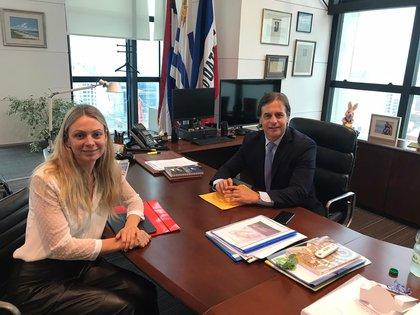 El presidente uruguayo Luis Lacalle Pou junto a la periodista de Infobae en Montevideo, Catalina Weiss (Infobae)