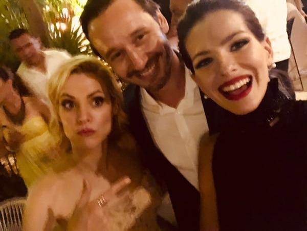 Eugenia China Suárez y Benjamín Vicuña junto a la actriz española Maggie Civantos. (Foto Instagram)
