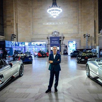 Horacio Pagani con algunos ejemplares de sus creaciones (Pagani Automobili).