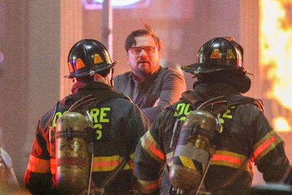 "Siempre trabajando. Leonardo DiCaprio volvió a rodar bajo los estrictos protocolos sanitarios por la pandemia del coronavirus. El actor está filmando ""Don't Look Up"" en Boston, Massachusetts, y le tocó una escena de un incendio en la que intervinieron bomberos"