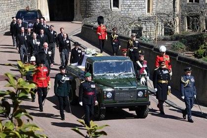 La reina Isabel II explicó que, hace 18 años, el duque de Edimburgo y Land Rover comenzaron un proyecto para crear un vehículo a medida que se utilizaría en su funeral. El coche fúnebre se realizó en la fábrica de Land Rover en Solihull en 2013, utilizando un vehículo con chasis y cabina Land Rover Defender TD5 130, con una sección trasera abierta para transportar el féretro