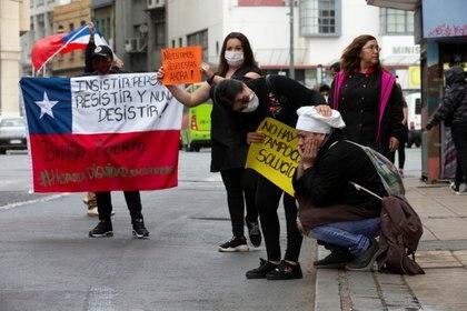 Protesta de meseros que quedaron sin trabajo en Valparaíso (Reuters)