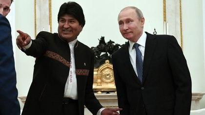 Evo Morales juntocon Vladimir Putin (AFP)