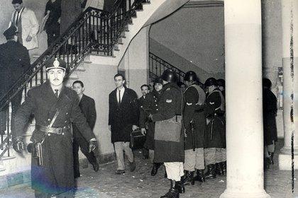 """La irrupción policial tuvo su epicentro en la llamada """"Manzana de las Luces"""""""