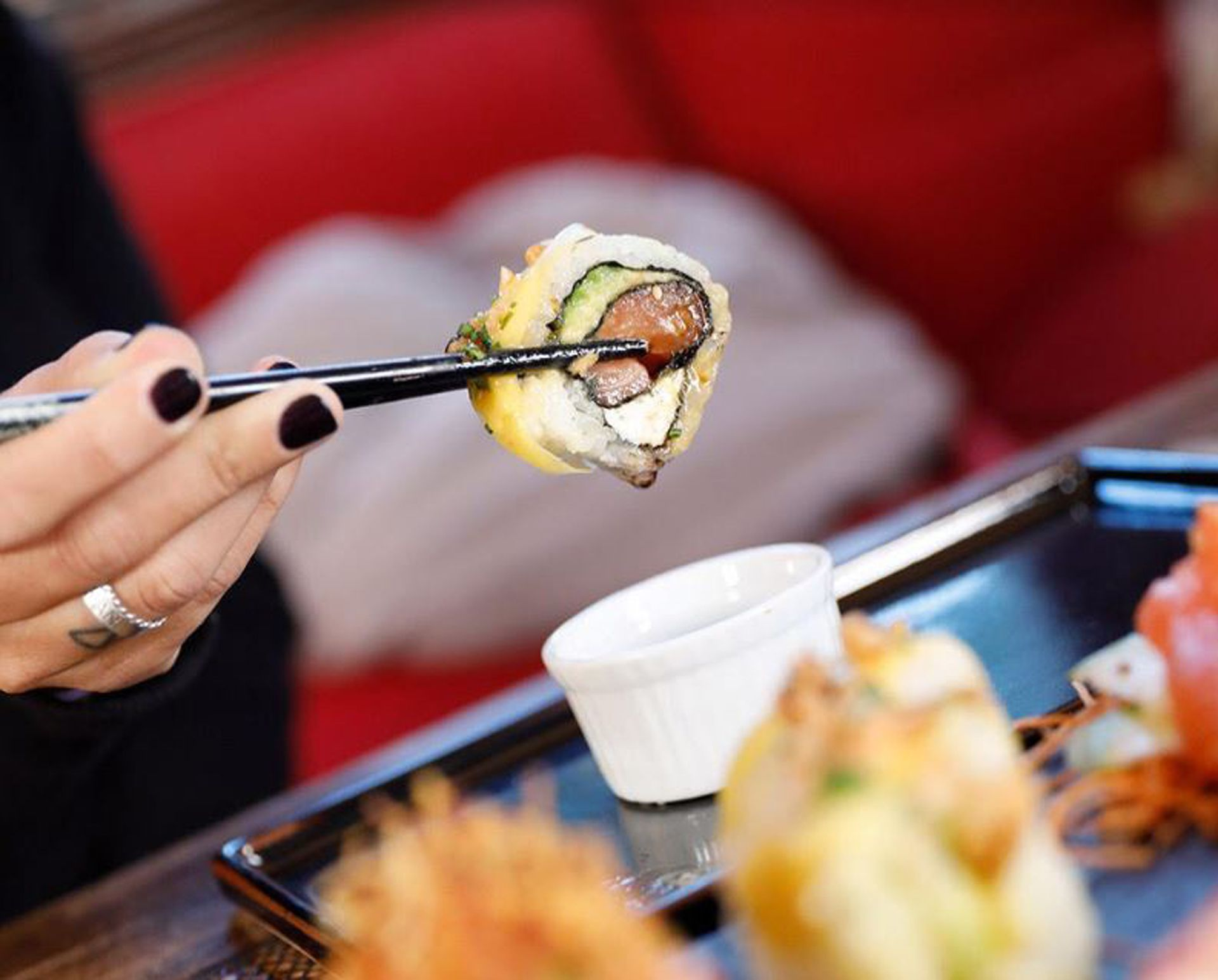 Mango Roll, con salmón, queso philadelphia y palta