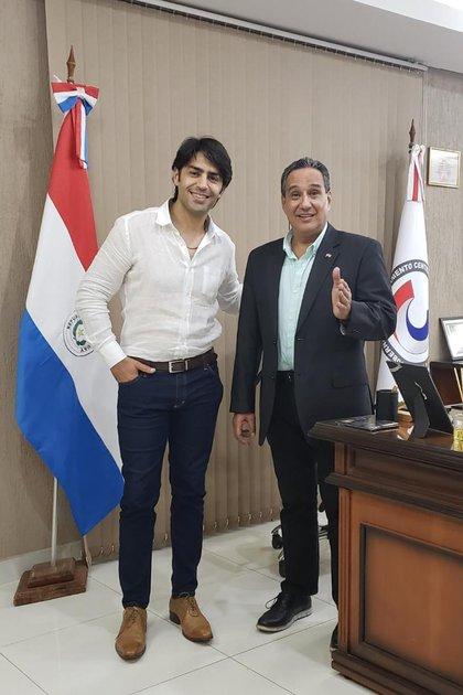 El actor Alejandro Cupitó se reunió con el Gobernador del Departamento Central de Paraguay, Hugo Javier, para llevar diferentes proyectos de teatro y televisión desde la Argentina. Además conversaron sobre el impacto de los medios en la promoción de las artes y el espectáculo.