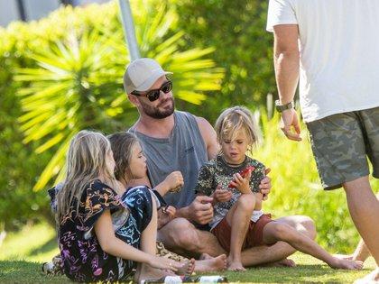 Chris Hemsworth fue fotografiado mientras disfrutaba de un buen momento en familia junto a sus hijos India, Tristan y Sasha -frutos de su relación con Elsa Pataky-. Estuvieron en un parque de Byron Bay, Australia