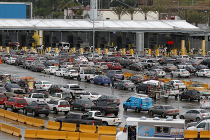 Varias filas de autos esperan cruzar a EEUU en el cruce fronterizo de San Ysidro, el pasado 19 de marzo (Foto: Reuters)