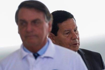 El vicepresidente brasileño Hamilton Mourao junto al presidente Jair Bolsonaro en el Palacio de Planalto en Brasilia el 12 de enero de 2021. REUTERS/Adriano Machado
